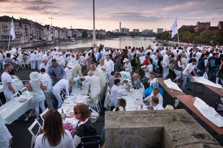 Weisse Massen und bunte Farbtupfer in der Innenstadt – Eindrücke vom White Dinner Basel |TagesWoche#Basel