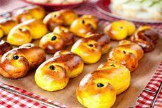 Τα τσουρεκάκια έχουν την ονομασία´Lussebullar' και αποτελούν παραδοσιακή σουηδική νοστιμιά.  Υλικά  1 κουταλιά ξερή ή 25γρ νωπή μαγιά ξερή ή φρέσκια ½ κουταλάκι αλάτι 0,25γρ. ή ένα φακελάκι σαφράν 60γρ βούτυρο 1 φλυτζάνι γάλα 5 κουταλιές μέλι 5 κουταλιές γιαούρτι 4 φλυτζάνια ή 450γρ …