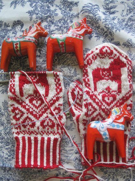 Dala horse colorwork mittens ~ free downloadable pattern here: http://www.ravelry.com/patterns/library/dala-selbu-hybrid-dala-selbuvotter