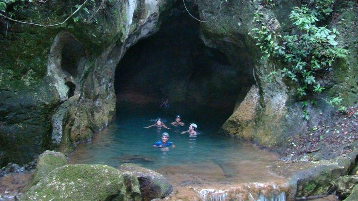 """Belize Höhle Actun Tunichil Muknal. Sie wurde von den Maya als Eingang zur  """"Xibalbá"""" (""""Ort der Angst"""", Unterwelt, benannt nach einem sterbenden Stern im """"Großen Orion-Nebel"""", dem """"Schwertgehänge"""" des Sternbilds Orion) gesehen."""