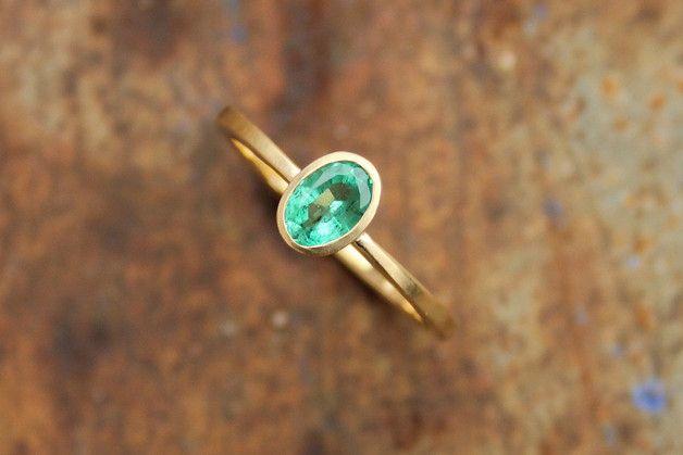 Wunderschöner, zarter Ring aus 750er Gelbgold (satt) mit einem funkelnden Smaragd im Ovalschliff. Der Edelstein ist in eine konische Fassung eingelassen. Das Grün ist in natura etwas intensiver...