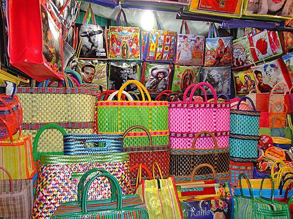 Shopping bags at the mercado, probably at my favorite stall, Panchita's.  J'adore acheter des sacs chez Panchita.