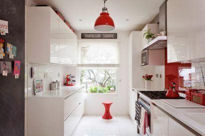 cozinhas brancas pequenas com detalhes em vermelho