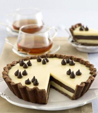 Preparate la pasta con la farina, i tuorli e ilcacaosetacciati, lo zucchero e 150 g di burro freddo a pezzetti;…