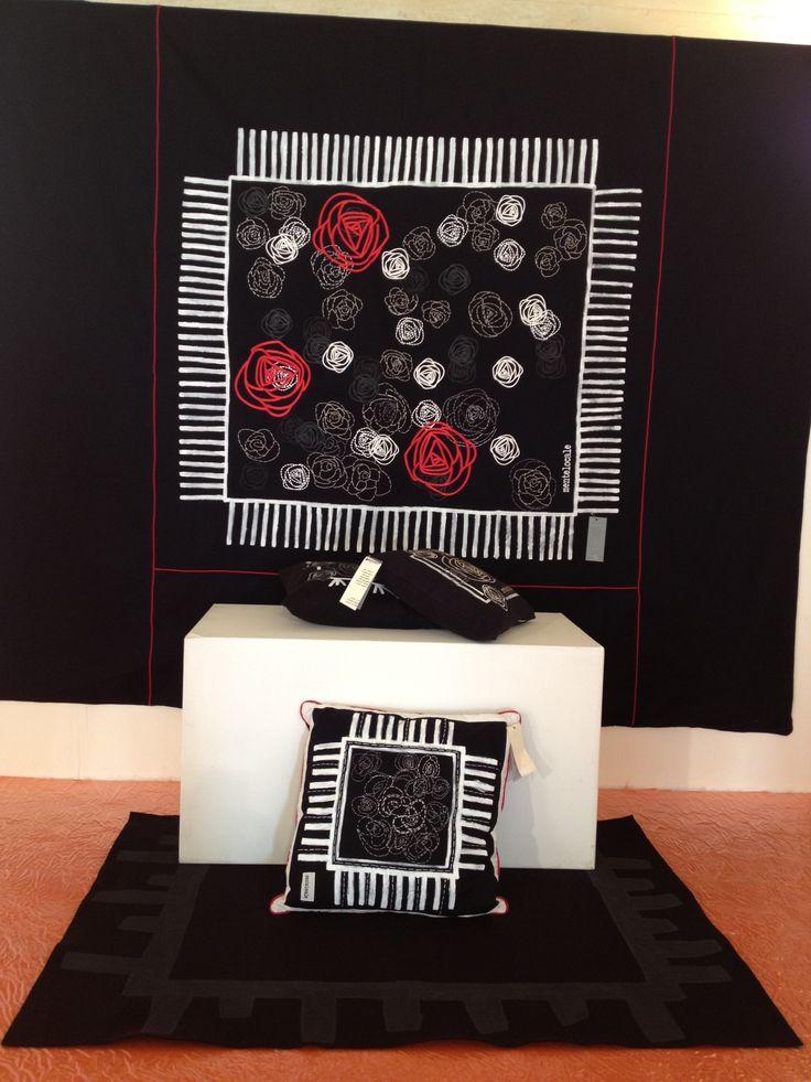 Pannello/arazzo  con rose ricamate a mano,dipinte e stampate