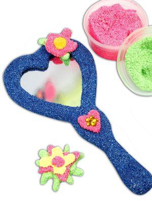 Te gekke handspiegeltjes om te decoreren met Foam Clay. Druk in de klei nog bling bling steentjes voor een geweldig effect! Handspiegeltjes verkrijgbaar bij kidsfeestje.nl