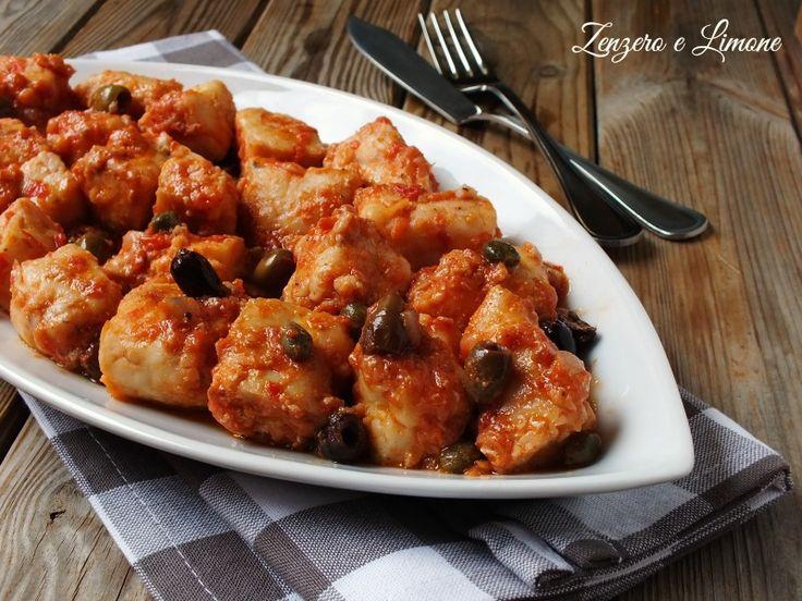 Questi bocconcini di merluzzo alla mediterranea sono un piatto di pesce gustoso adatto alla cucina di tutti i giorni. Si preparano in una manciata di minuti