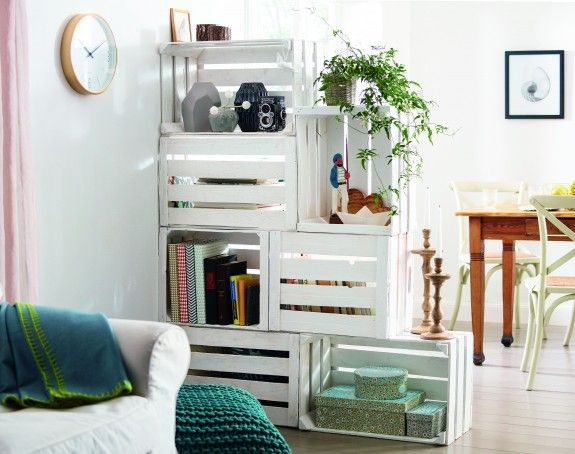 Crates as storage and a room divider. | http://homestory.rp-online.de/do-it-yourself/tutorials/DIY-Tutorial-Raumteiler-aus-Obstkisten,14323