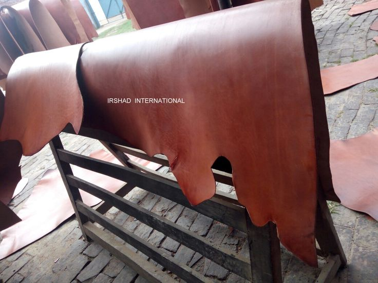 Double shoulder leather .... Used- English saddle, whole set/ track. Color- brown. Thickness- 3.6 to 4.2mm. Weight- 3 kg per shoulder.