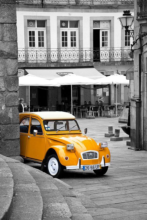 The Citroën 2CV brings the colour...