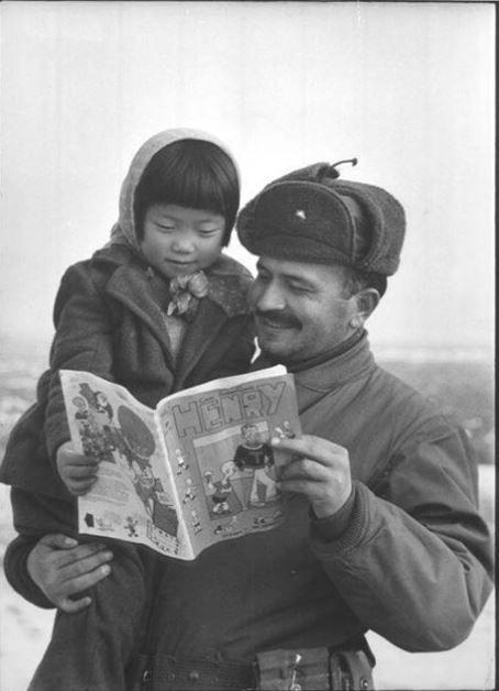 Türk askeri ve Koreli kız Amerikan çizgi romanına bakıyor, Kore, 1951.