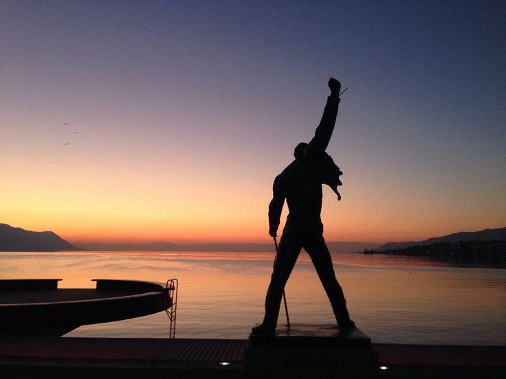 Si desde Ginebra cruzamos el lago de mismo nombre llegaremos a la bonita Montreux que además de la típica belleza suiza nos ofrece la posibilidad de contemplar el atardecer junto a la estatua de Freddie Mercury, el famosísimo vocalista de Queen. Por cierto, si vais un 24 de noviembre no olvidéis dejarle flores en el aniversario de su fallecimiento...