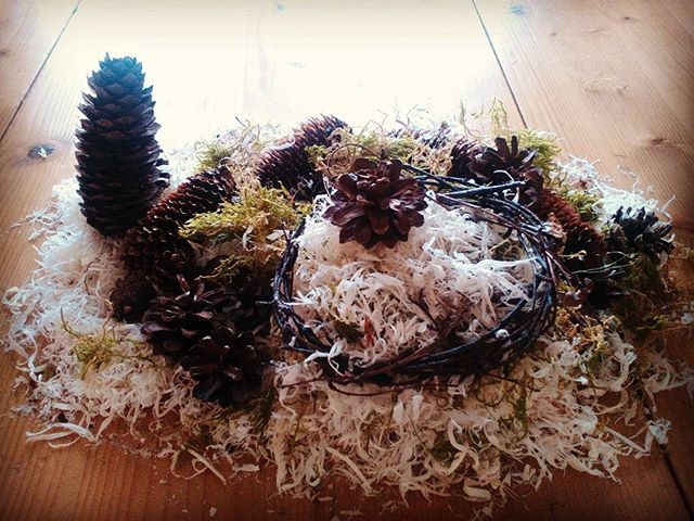 Today's creative art, vaguely inspired by Andy Goldsworthy but definitely adapted by the girl. My miniature Anglo-French artist used pinecones picked up all over the Nordic countries on 3 of our trips, birch twigs from Byglandsfjord in Norway, and sycamore sawdust and moss from the garden here in Wiltshire. A true international collaboration!  #lifeontheblurrededge #worldschool #naturenurture #freerangekids #naturalart #kindergarten #100DaysOfHomeEd #LoveHomeEd #homeschoolmama