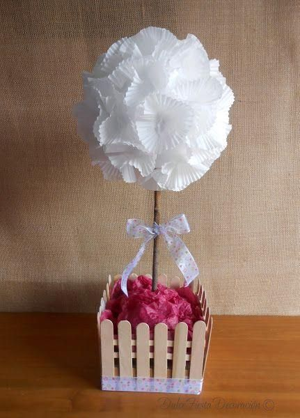 Árbol decorativo con moldes de cupcakes y palos de polo