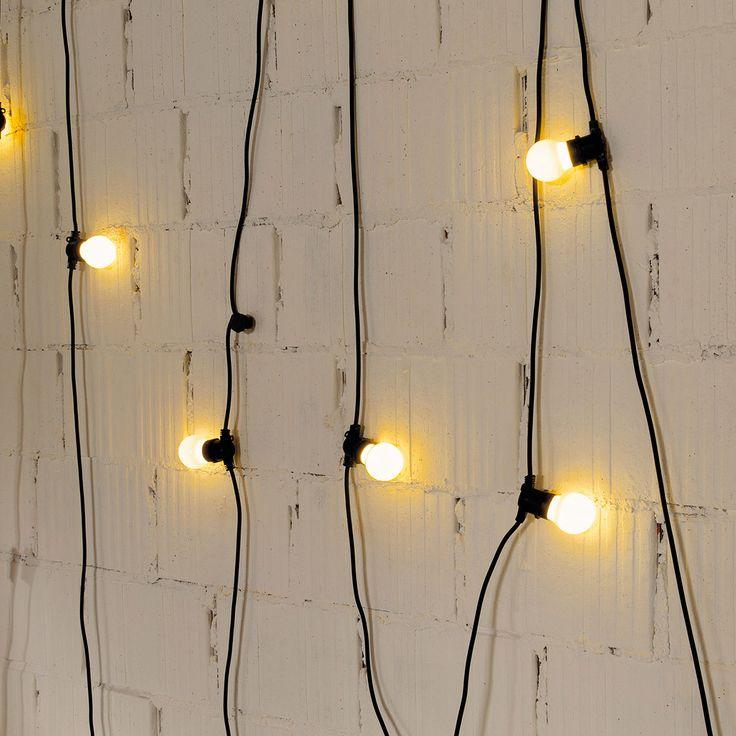 Seletti con Bella Vista vi aiuterà a creare l'atmosfera giusta per le calde notti d'estate.Bella vista è un filo di luci con 10 lampadine a led, il supporto gommato impermeabile e adatto agli esterni. La lunghezza del filo, 14,5 Mt, vi permetterà di raggiungere qualsiasi presa della casa, anche la più lontana.Le luci a led sono a lunga durata e a basso consumo (tot. 48 W)