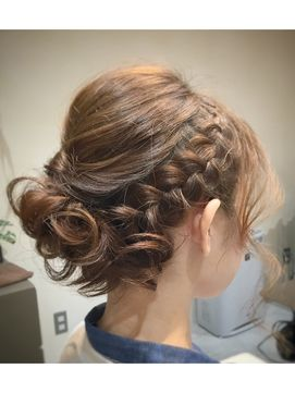 外国人風ツイスト&編み込みルーズアップ[Roops表参道・南青山]/Roops 【ループス】をご紹介。2017年春の最新ヘアスタイルを100万点以上掲載!ミディアム、ショート、ボブなど豊富な条件でヘアスタイル・髪型・アレンジをチェック。