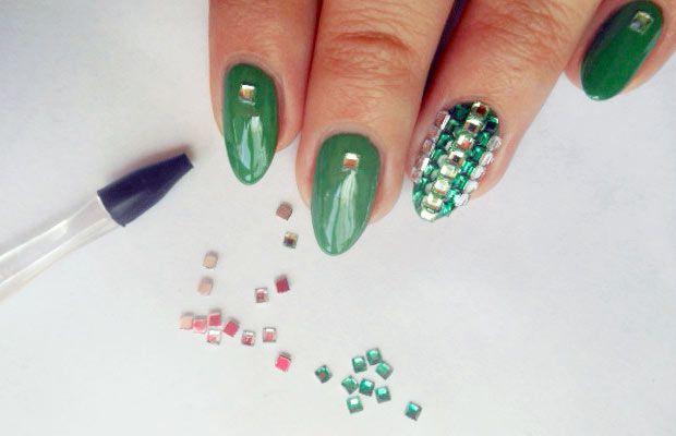 Nail art Pupa con pietre e gemme realizzata con il kit Nail art Gemstones, tutte le informazioni su Beautydea: http://www.beautydea.it/nail-art-kit-pupa-frutta-fimo-lettere-gemme-borchiette/