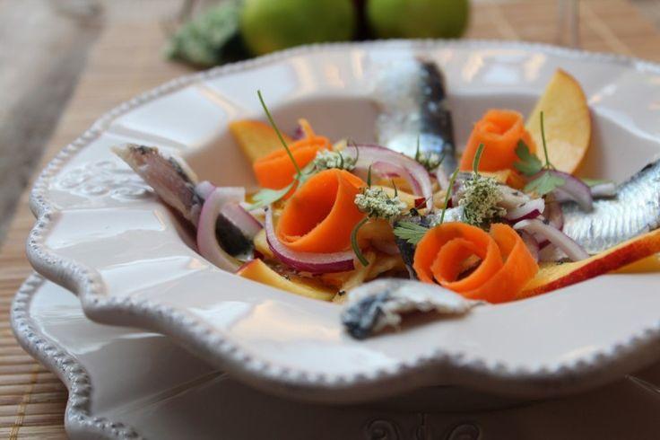El cebiche, ceviche o seviche, es un plato consistente en marinar carne de pescado, marisco o ambos, en aliños cítricos. Partiendo de esta base hemos preparado un Cebiche de Sardinas acompañado con Leche de Tigre.