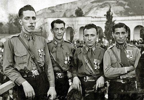 Los cuatro sobrevivientes de la Masacre del Seguro Obrero, reunidos en una concentración frente al Cementerio General de Recoleta, en la ...