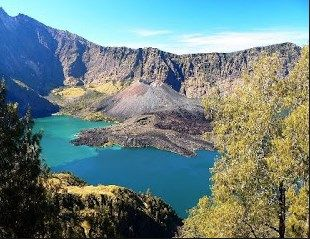 Keindahan Danau Segara Anak yang ada di Gunung Rinjani Lombok. yuuk berkunjung ke objek wisata yang memukau ini. lomboktourplus.com/blog/gunung-rinjani-lombok-yang-eksotis/