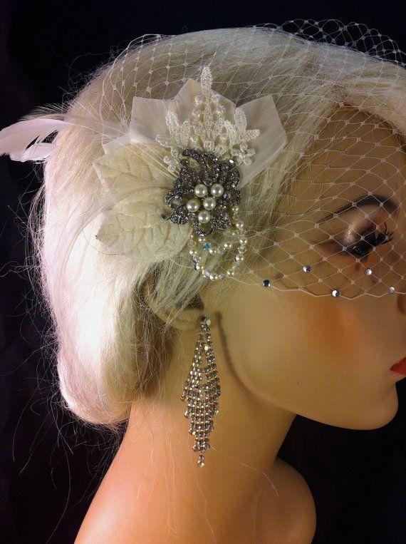 Vintage stijl bruids haar Fascinator, bruids Fascinator met sluier, Fascinator, struisvogel Fascinator, bruids Fascinator, bruiloft accessoires, bruids toebehoren, Rhinestone bruids ivoor Fascinator, bruids Fascinator, Fascinator, Wedding Veil, Bridal Veil   Bezoek de shop hier te https://www.etsy.com/shop/IceGreenEyes  De perfecte kleine bruids fascinator, niet te groot niet te klein. Tijdloze elegantie met Venise Lace, Swarovski Crystals en parels. Echt en heirloom stuk geschiedde naar…