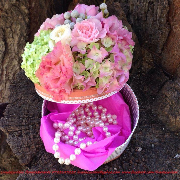 Cutie pentru cadouri decorata cu flori diametru 13, 17, 20 pret 120 RON alte dimensiuni, solicitati oferta  #madewithjoy #paulamoldovan #livadacuvisini #cutie #cadou #flori #gift #giftbox #flowers #box #flowerbox #flowersbox