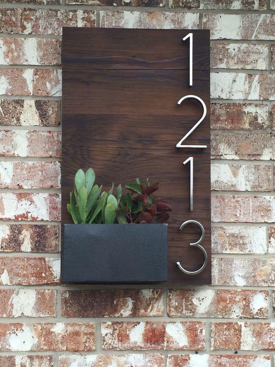 números bela casa personalizada de placas utilizando madeira recuperada e caixa do plantador de metal artesanal para suculentas. Meu homem incrível feito! Mais