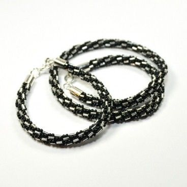 Wyjątkowy i elegancki komplet biżuterii: naszyjnik i bransoletka. Wykonany metodą bead crochet - sznury szydełkowe - z wysokiej jakości, japońskich koralików Toho. Elementy wykończeniowe w kolorze srebra. Długość naszyjnika ok: 48cm. Długość bransoletki ok: 18cm. Średnica koralikowego wężyka ok: 0,6cm. Biżuteria jest wykonana w pojedynczym egzemplarzu.   www.KuferArt.pl