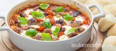 Gehaktballetjes in tomatensaus met mozzarella en basilicum uit de oven, lekker bij de pasta of wat brood