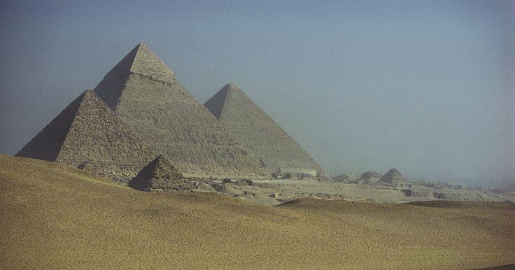 Características geográficas do Antigo Egito. O Egito é conhecido e visitado pelas relíquias e artefatos exuberantes de sua antiga civilização, como a Esfinge e as Grandes Pirâmides. Mas a terra e a cultura sempre foram moldadas pela sua geografia incomum. O rio mais longo do mundo, o Nilo, corre para o mar através das paisagens desérticas brutais do Egito, criando um delta fértil. Essa ...