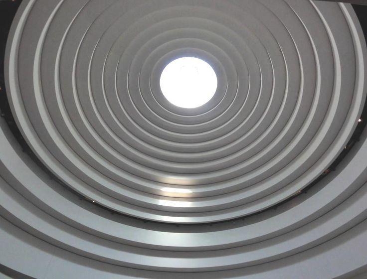 Symbol Duše Autorská fotografie - Sněhově bílá kupole budovy Musea indiánských kultur, se zlatavým paprskem slunce putujícím po stupních celé kupole - symbol touhy indiánské duše po svobodě. Washington, USA Zasílám elektronicky