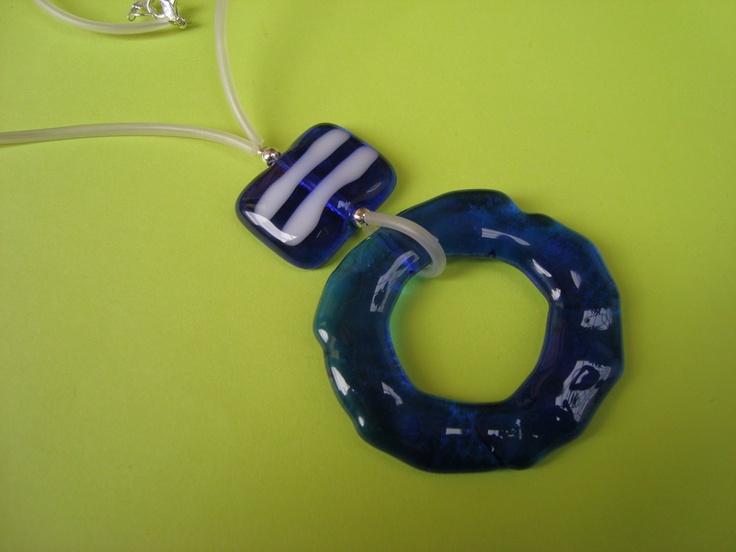 Collar de vidrio azul y blanco