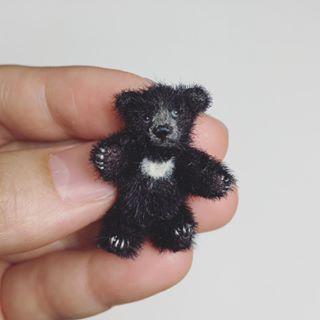 ミニチュアツキノワグマ。 全長約3.5cm、座高約3cm。 首・四肢可動。ミニチュアファー。 2016年8月制作。 #マーガレットベア #MARGARETBEAR #テディベア #TeddyBear #ツキノワグマ #asiaticblackbear #miniature #dollhouse #ぬいぐるみ #stuffedanimal #kawaii #animal
