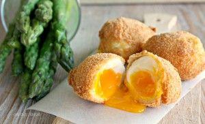 Come mangiare le uova in un modo diverso dal solito? Impanate e fritte, accompagnate con asparagi al vapore conditi con un filo di olio extra vergine di ol