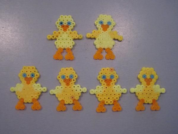 Easter chicken hama perler by Krea Krumspring http://www.creactivites.com/234-plaques-perles-a-repasser-midi-hama