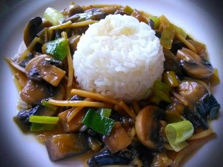 Jasmínová rýže, lilek, žampiony, pórek, bambusové výhonky