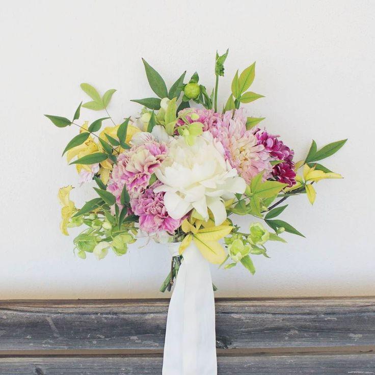 Un ramo de novia con peonías  dalias hellebores y claveles antique...  . . . . . . . . . . . . . . . . . #enelbosque #enelbosqueflorece #flores #flor #farmerflorist #flowerstalking #flower #flowers #novias #novia #bride #granada #novias2017 #ramodenoviagranada #ramodenovia #weddingflowers #wedding #weddingfun #inspiration #inspiracion #artefloral #floraldesign #bouquet #bodas #weddingbouquet