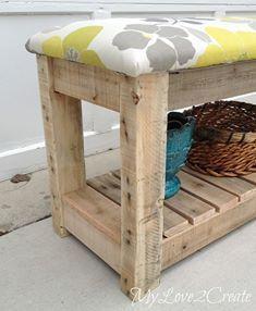 Voici un tuto pour fabriquer ce petit banc en bois de palettes : http://mylove2create.blogspot.fr/2014/04/diy-upholstered-bench.html