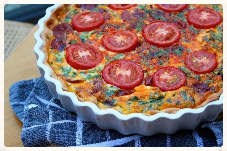 Spaanse tomatentaart. Komen er veel mensen eten? Heb je morgen geen tijd om te koken? Deze  tomatentaart is een oplossing voor al je problemen. Soort van. Hij is in ieder geval heerlijk!