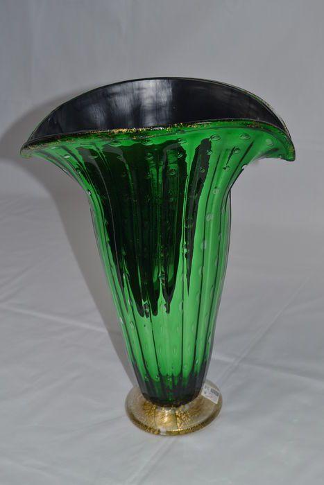 """Imperio Rossi - gespiegelde vaas van smaragd """"baloton""""  Hoogte 34.5 cm.Breedte 26 cm.Gewicht 1750 gram.Grote Murano glazen vaas geheel handgemaakt door kapitein Rossi een internationaal gerenommeerde kunstenaar met kunstwerken tentoongesteld in musea in New York Tokyo enz.De vaas is gemaakt met de """"Baloton"""" techniek: een speciaal proces die het mogelijk maakt de kunstenaar om luchtbellen te nemen op regelmatige tijdstippen. Dan nog een glasplaat wordt gelegd op de afbeelding om """"gevangen"""" de…"""