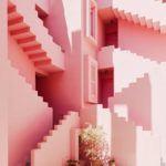 Внешне здание напоминает крепость, буквально вырастающую из прибрежных скал, а красный цвет создаёт дополнительный контраст. Лестницы и внутренние поверхности выкрашены в оттенки синего - от небесно-голубого до индиго и фиолетового.