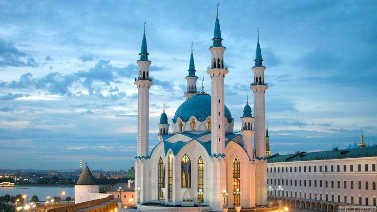 KUL ŞERİF CAMİİ – KAZAN (TATARİSTAN)  Kul Şerif camisi, her ne kadar Osmanlı ve Avrupa gotik mimarisi tarzında görünse de kendine has mimari esinti taşıyor. Mavi kubbeleri ve kar beyazı görüntüsüyle kentin simge eserleri arasında yer alıyor.