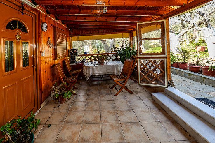 Eξωτερικός χώρος που δίνει την αίσθηση ενός ανοιχτού δωματίου στον κήπο.#efimesitiko #realestate #alexandroupoli