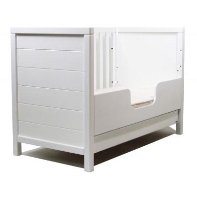 Massiv spjälsäng med utdragbar låda. När barnet är större, kan man montera stödbrädan, då barnet själv kan klättra i och ur sängen.