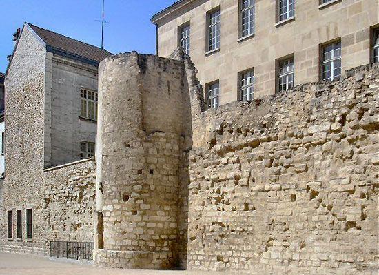 rue des jardins Saint-Paul. A votre gauche se trouve un important vestige de la muraille Philippe Auguste, mur édifié autour de la ville au 12ème siècle. Paris 4e