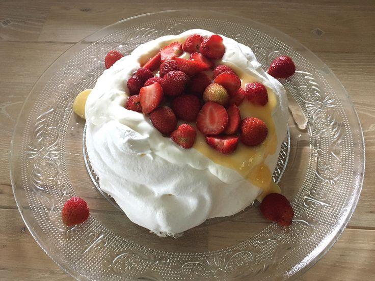 Perfect als toetje, maar ook als taart te serveren. #Pavlova van gebakken eiwitschuim met daarop Griekse #yoghurt met een vleugje #vanille en #limoen, zelfgemaakte #lemoncurd en #aardbeien.