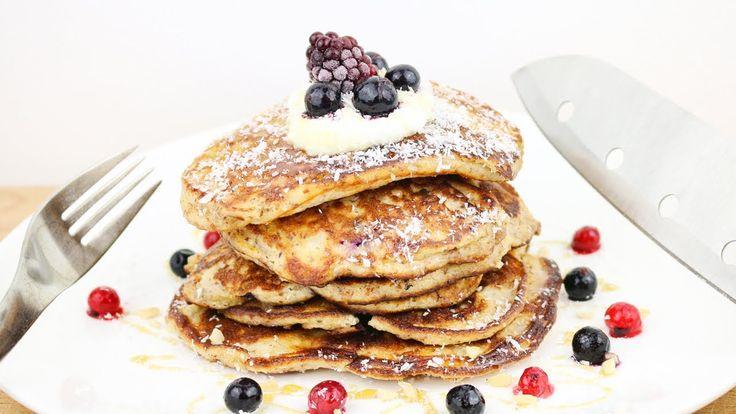 Unser unglaubliches Pancake Fitness Frühstück😍 mit 56g Protein💪🏼 Zutaten: Zutaten: 2 Eier 1 Eiklar 60g Mandelmehl (entölt) oder gemahlene Mandeln (zur Not: Haselnüsse) 100g Magerquark / Skyr 1 Banane 2EL Apfelmus 1TL Backpulver Kokosraspeln (minimal) Agavendicksaft / Honig / Stevia / Süßstoff (Süße abschmecken) Optional: Marmelade optional: Blaubeeren (Handvoll)  Topping: 1 EL Magerquark / Skyr / Joghurt Agavendicksaft / Honig