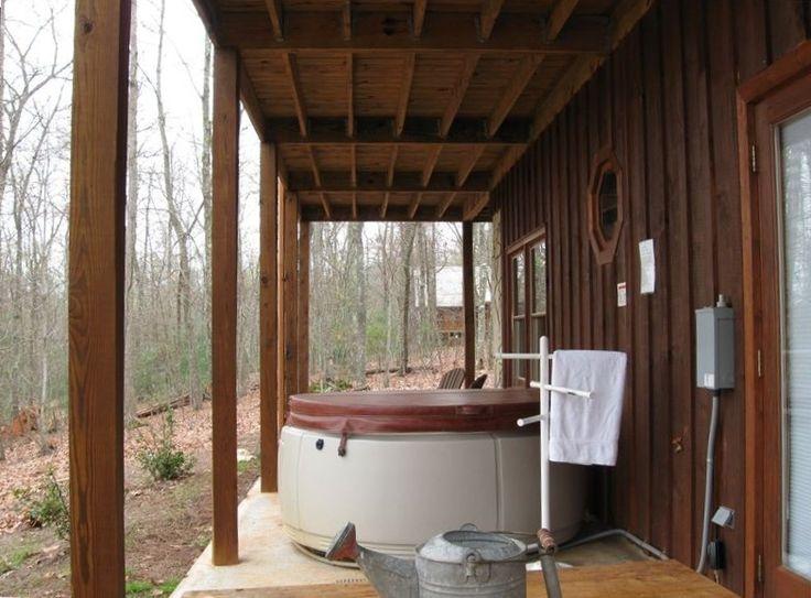 Гидромассажная ванна и стол для пикника на террасе уровне