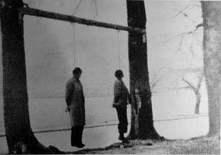 Οι απαγχονισμένοι, από τους Γερμανούς, αγωνιστές Τόδουλος και Φαρίδης, στις όχθες της λίμνης των Ιωαννίνων