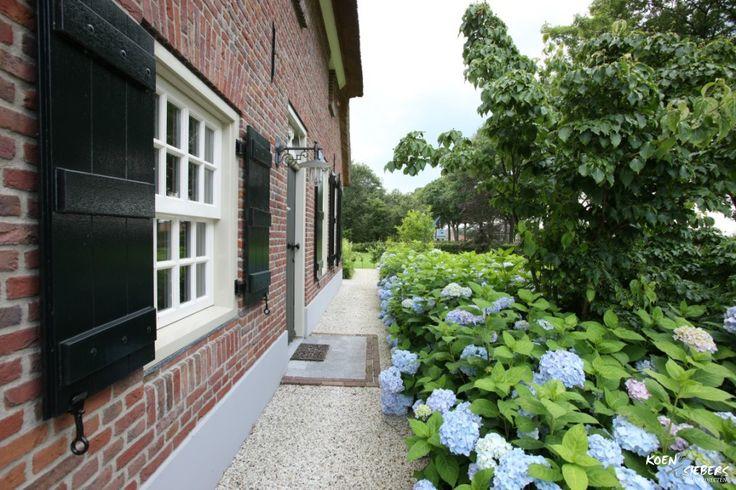 Siebers-Tuinprojecten-Tuin-Hovenier-Hortensia-natuursteen-gebakken-boerderij-landelijke-tuin-magnolia-grind  zou voor ons huis tussen het stoepje en de  halve cirkel groen kunnen? (simpele planten zonder dat het veel onderhoud vraagt?)